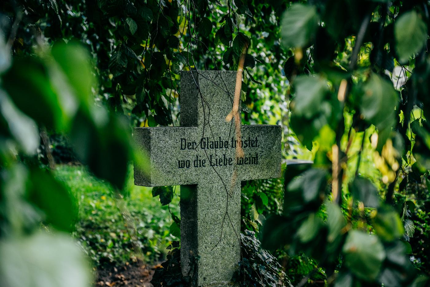 Der Glaube tröstet wo die Liebe weint - Inschrift Grabstein