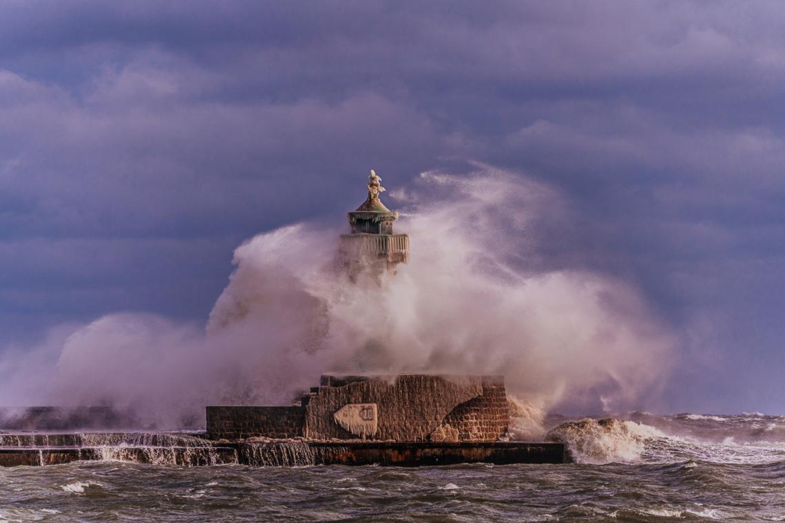 Das vereiste und sturmgepeitschte Leuchtfeuer von Sassnitz bei Sturm