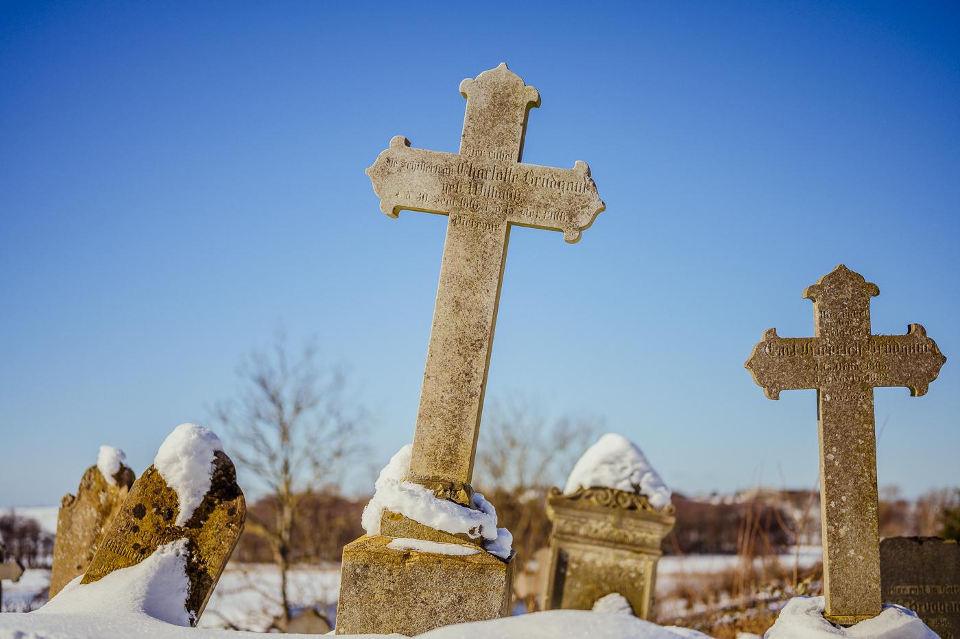 Alte Grabsteine im Schnee